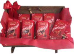 Cesta de Chocolate Bau Lotadinho de Lindt